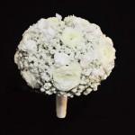 Rund brudebuket med brudeslør og andre hvide blomster. Pris: 1250.- (Klik og læs/se mere)