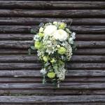 Hvid buket af havens blomster med fald